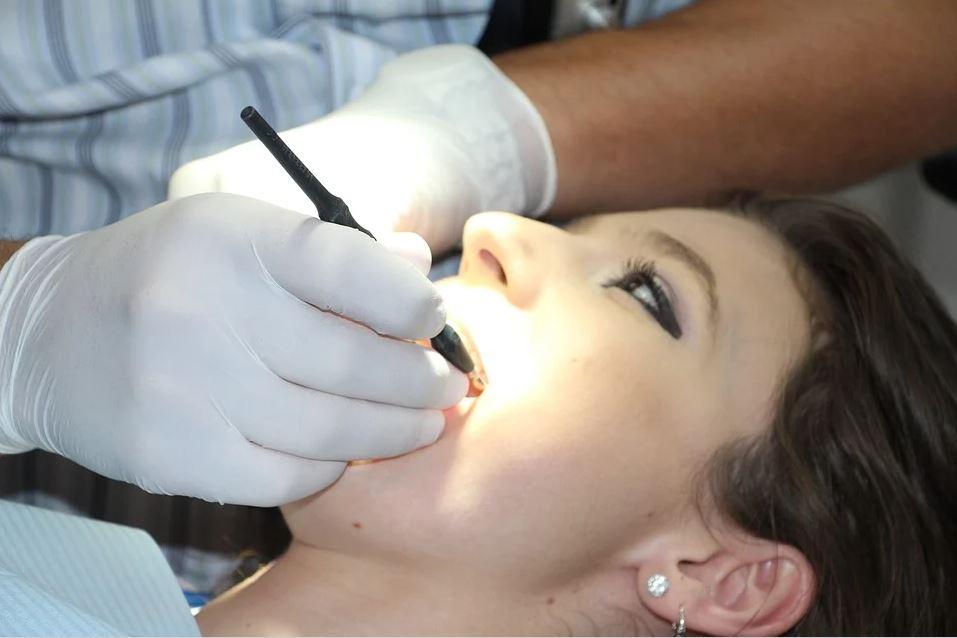 Zahnarzt für Duisburg untersucht und reinigt Ihre Zähne fachkundig